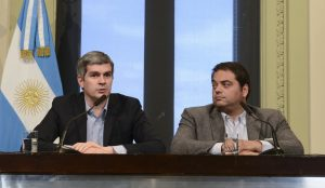 El jefe de gabinete Marcos Peña, junto al Ministro de Trabajo, Jorge Triaca
