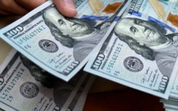 dolares de 100 en mano